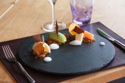 Ristorante Gradale - Hanami: Gelato al tè matcha, bavarese alla pesca bianca, pesca cotta a bassa temperatura, cremoso di prugna e crumble di arachide salata