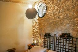 Camera del Rosone - Letto matrimoniale e finestra con rosone